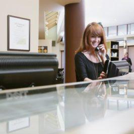 L'entrevue débute avec la réceptionniste!