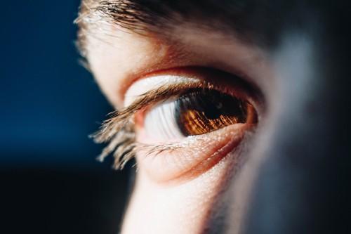 Construis un profil LinkedIn qui attire l'oeil humain