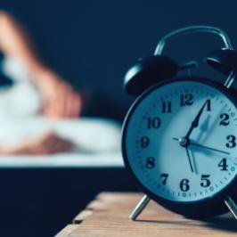 Qu'est-ce qui empêche le chercheur d'emploi de dormir le soir?