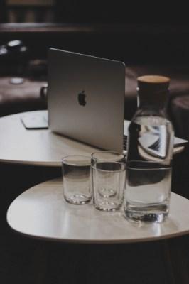 Placer de l'eau près de son ordinateur lors de l'entretien Zoom