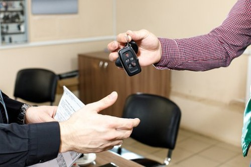 Les questions de vendeur d'autos usagées